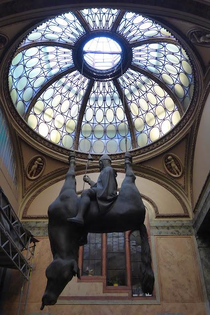 statue équestre renversée de David Cerny Prague