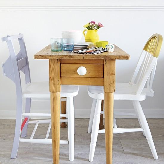Petite salle à manger avec table et chaises peintes slimline