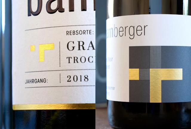 Stilisierte Weinrebe auf dem Flaschenetikett des Wein- und Sektgutes Bamberger.