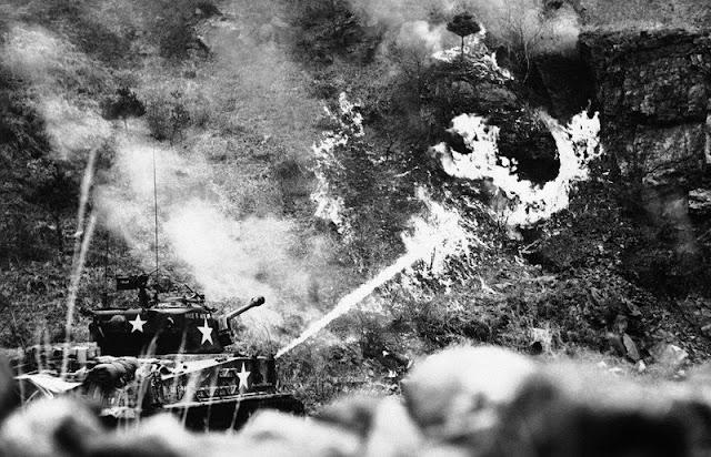 Tanque norteamericano usando el lanzallamas contra los soldados escondidos en la ladera de la montaña
