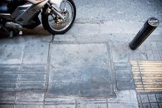 Οδηγός διέλευσης για τους ανθρώπους με προβλήματα όρασης είναι από τη μία πλευρά σε έντονα χρώματα και από την άλλη στο χρώμα του δρόμου