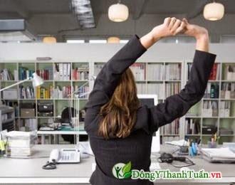 Vươn vai thư giãn là cách phòng tránh bệnh đau lưng