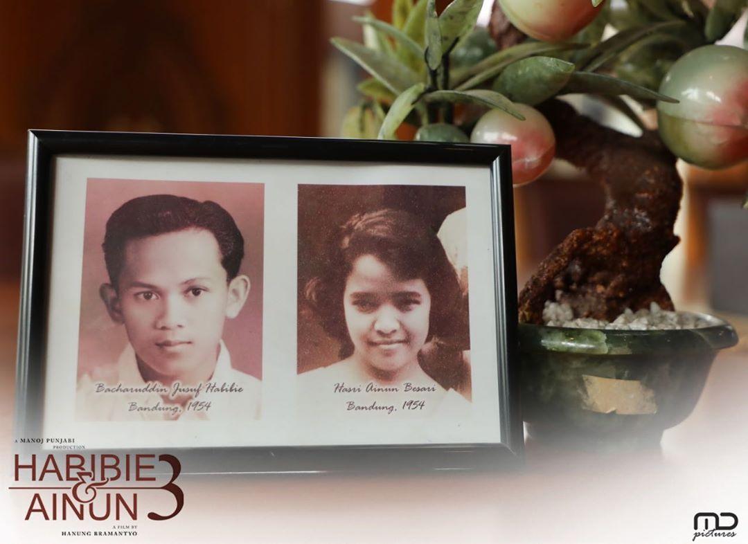 Potret Pak Habibie dan Ibu Ainun saat di Bandung 65 tahun yang lalu.