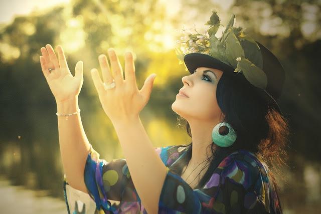 Die Zukunft besser machen, an einem strang ziehen, nächstenliebe, liebe, menschen, freude, glück, frieden, angst, wut, Aggression, hass, blendung, politik, wahrheit erkennen, falsche ideologien, weltfrieden, kriege, die welt, die zeit, aus der geschichte lernen, leid über die menschheit, das leben lebenswert machen, opfergehabe, zusammenhalt, jahreszeiten, sonne, sommer, die wärme fehlt, kalte herzen, gefühle, gedanken, texte schreiben, poetisch, poesie blog, lyrik, foto, bild