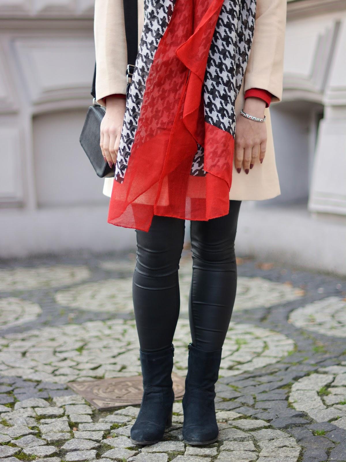 beżowy płaszcz jesień