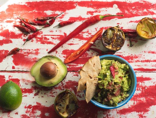 Guacamole mit gerösteten Limetten
