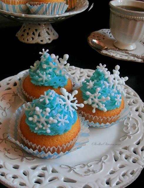 Zimowe Babeczki z Lukrowymi Płatkami Śniegu z Delikatnym Kremem Mascarpone - Przepis - Słodka Strona