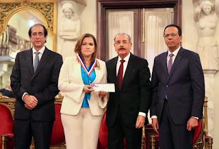 """En medio de gran alegría y regocijo, presidente Danilo Medina impone """"Medalla al Mérito del Maestro"""""""