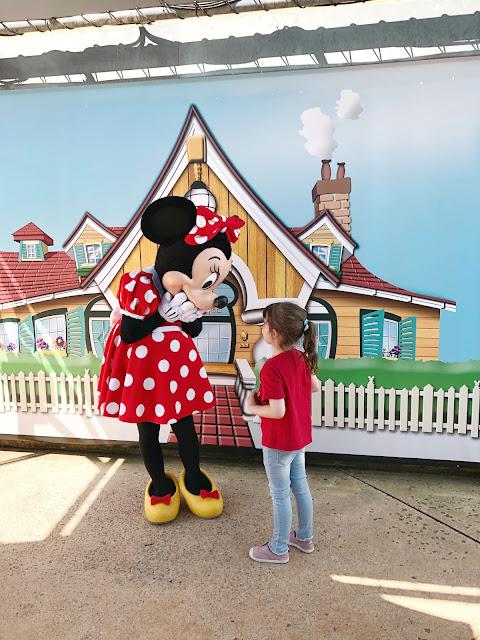 Salvajita le enseña su camiseta de Minnie a la misma