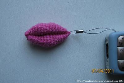 Вязаный брелок губы крючком