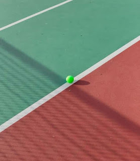 palla da tennis sulla linea