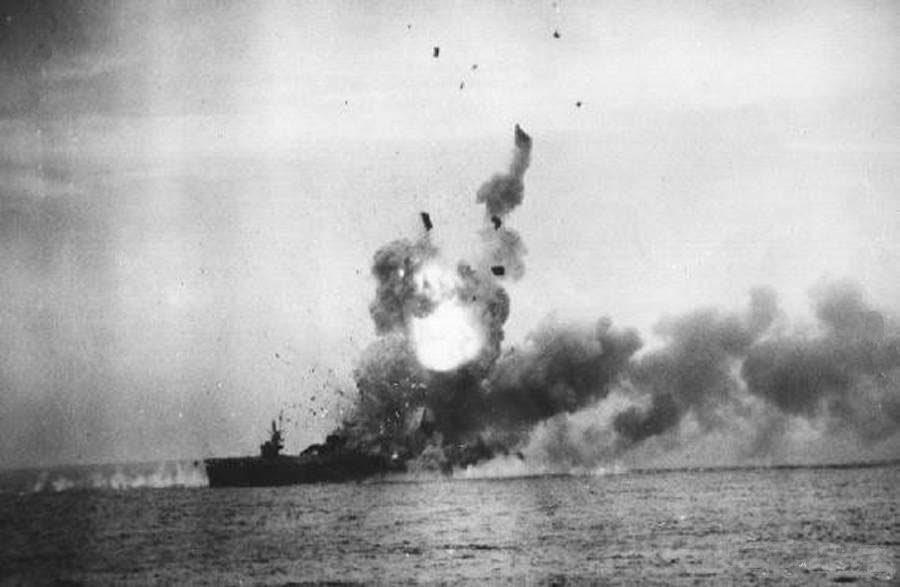 最初の神風特攻で煙を上げる護衛空母セント・ロー