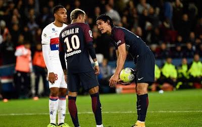 Cavani Dan Neymar Rebutan Penalty Di PSG