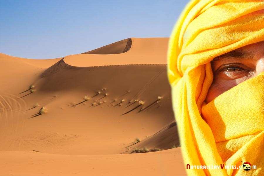 En las dunas Erg Chebbi, desierto de Merzouga