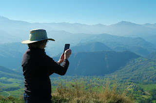 Photographing the Apuan Alps from the cliffs of Bismantova.