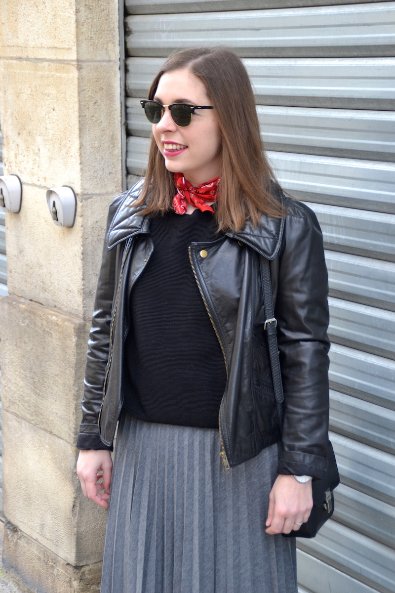 bandana rouge et jupe plissée Stradivarius, perfecto Isabel Marant, tennis New Look, montre Cluse, Clubaster