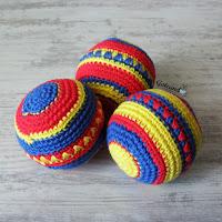 http://gateandocrochet.blogspot.com.es/2016/04/pelotas-de-ganchillo-decoradas.html