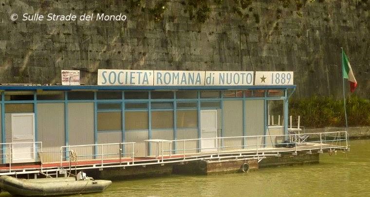 la società Roma Nuoto vista dal battello durante la navigazione sul Tevere