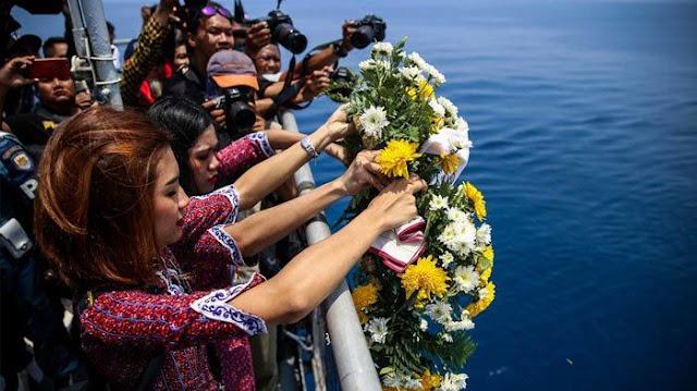 Menyayat Hati, Seperti Ini Kesedihan Istri Korban Lion Air JT 610 Saat Prosesi Tabur Bunga