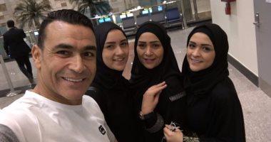 بالصور ..عصام الحضري وزوجته وبناته بلبس الاحرام متوجهين لأداء العمرة