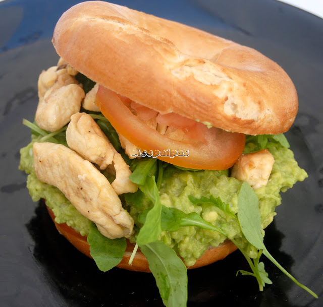 Bagels con Crema de Aguacate, Pollo y Rúcula