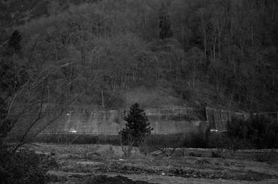 古民家カフェ ひとつ石の白黒写真 ひとつ石からの風景