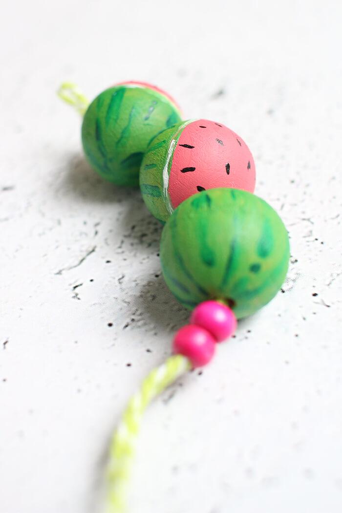 DIY | Schlüsselanhänger aus Holzkugeln im angesagten Wassermelonen-Style