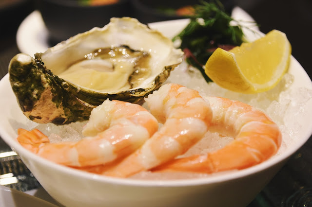 前菜各點了雞尾酒蝦和炙燒北海道干貝,雞尾酒蝦還附了一顆生蠔,擠了點萊姆汁一口吞下,生猛無比啊!蝦子也很新鮮,干貝則是中規中矩,和底下墊的配菜搭起來味道甚佳。