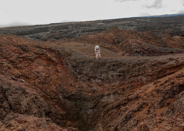 Chỉ huy Carmel Johnston của Nhóm 4 đang đi bộ trên một vùng dung nham đã khô gần trạm HI-SEAS trên đảo Hawaii vào ngày 29/8/2016. Sứ mệnh này đã bắt đầu đúng vào một năm trước đó, ngày 28/8/2015. Credit: Cassandra Klos/TIME.