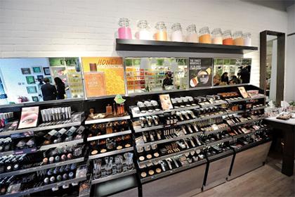 5b372aabf No centro de cada loja estão localizadas mesas com produtos para incentivar  aos clientes a interagir