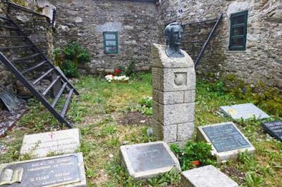 Monumento a Elias Valiño en O Cebreiro