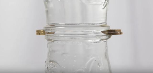 experimento, tension, superficial, vasos, agua, monedas