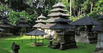 Bermain dengan Monyet dan Menikmati Suasana Hutan Menghijau di Pura Alas Kedaton Bali