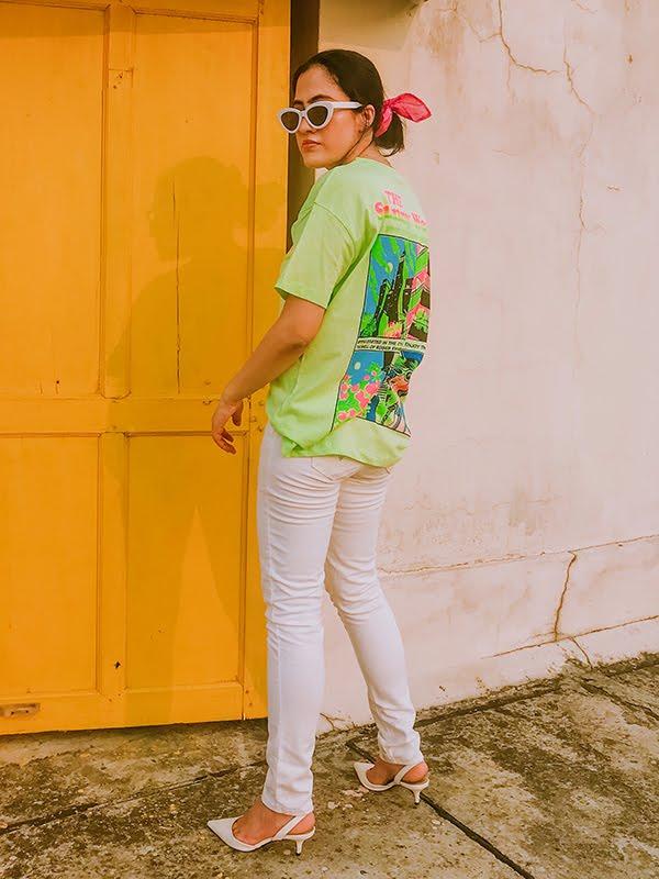 white jeans for women, neon tee,kitten heels,white jeans,white slingback heels