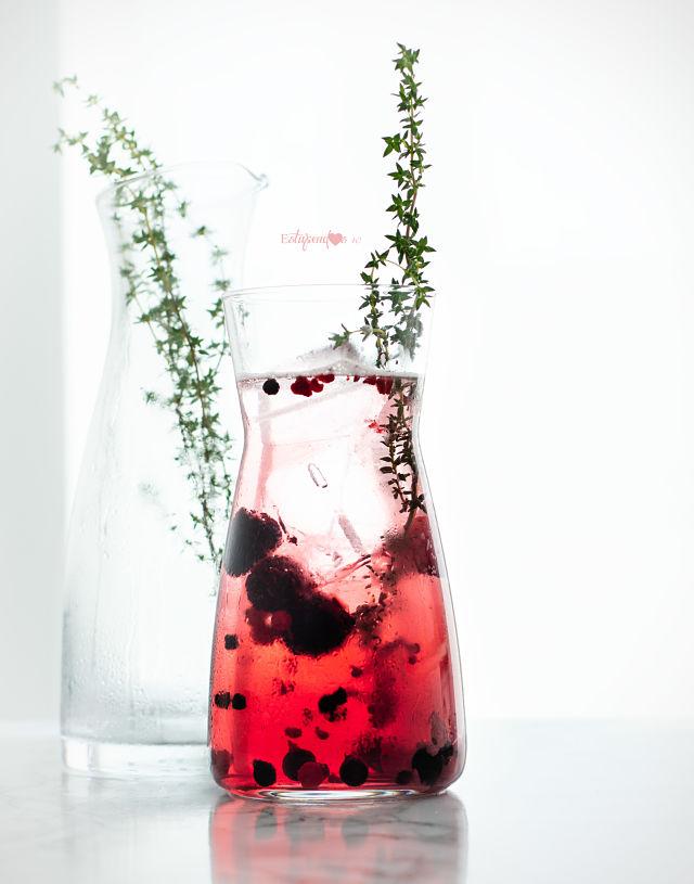 bebida-isotonica-con-frutas-del-bosque-y-tomillo