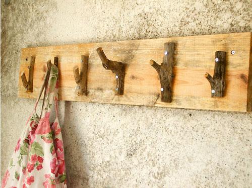 Colgador de pared con madera reciclada