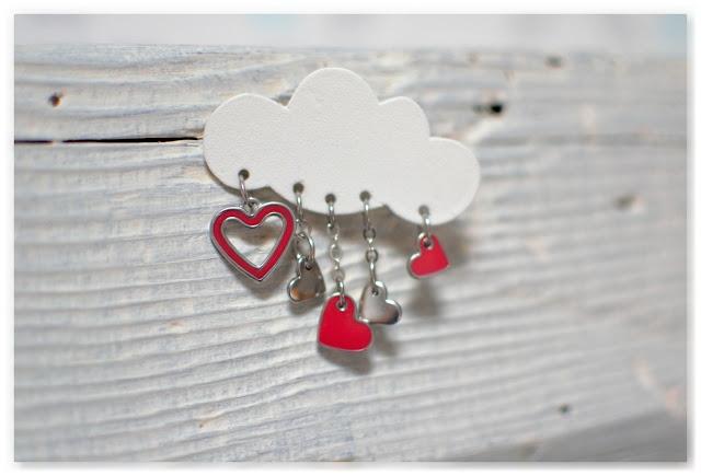 broche nuage blanc et breloques cœurs rouges et argentés