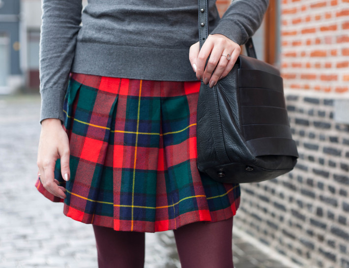 Outfit: vintage inspired in plaid pleated skirt, purple tights and turtleneck
