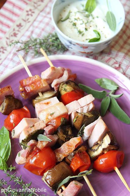 Spiedini di carré di maiale e bacon Lenti