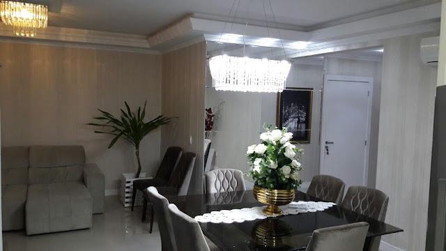Todo decorado, 03 suítes, TV na sala, WIFI, varanda ampla com churrasqueira, lavabo, living ampliado, lavanderia com máquina de lavar, adega, cozinha completa com todos os utensílios .