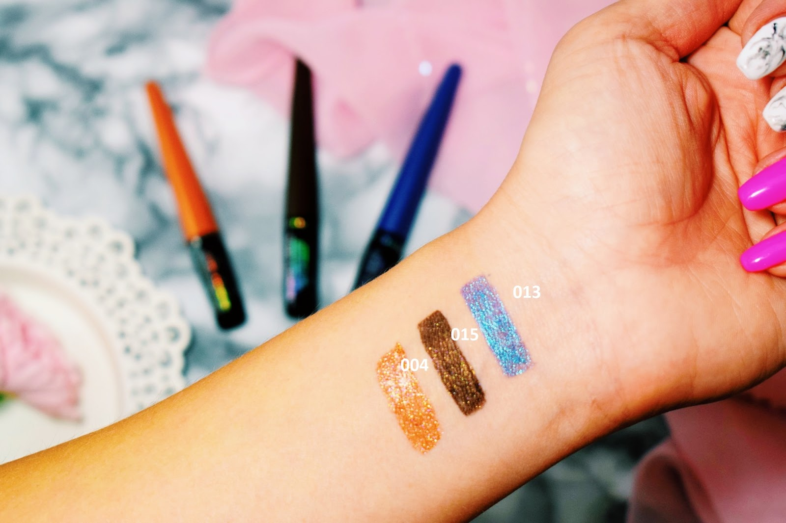 Makijaż oczu eyelinerem Rimmel Wonder' Swipe 2 in 1