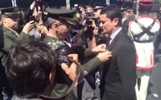 Sergio Moro recebe mais alta horaria concedida pelo Exército Brasileiro