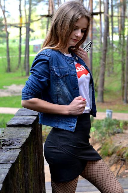 Kabaretki, koszulka Levis, blłyszcząca mini i jeansowa kurtka, czyli wszystko co lubię. ♥