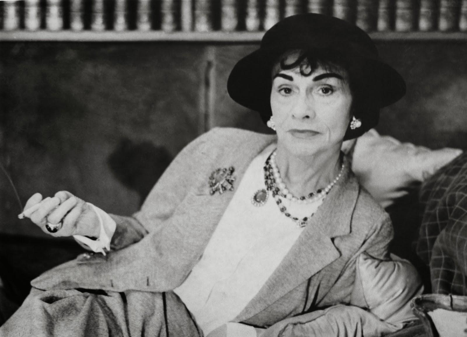 cc5df512e8 Ο ιδιοφυείς σχεδιαστής αποτίει φόρο τιμής στη Coco Chanel σκηνοθετώντας μια  ταινία αφιερωμένη στο μεγάλο της comeback το 1953