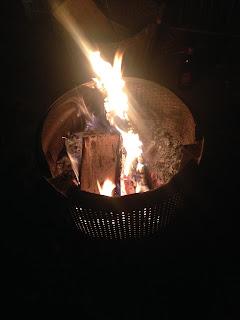 Lagerfeuer: Feuerstelle aus der alten Trommel einer Waschmaschine