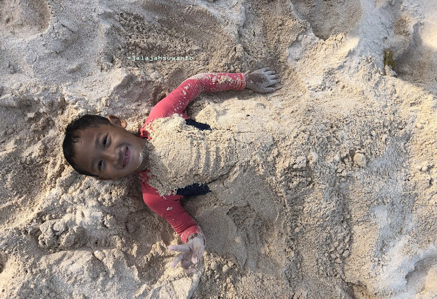 Main pasir di Pantai Pal Marinsow, Likupang Timur  | ©jelajahsuwanto