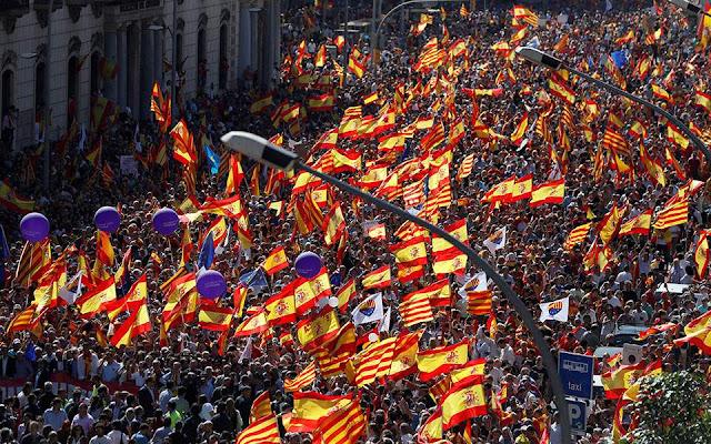 Χιλιάδες διαδηλωτές στη ΒαρκελώνηΧιλιάδες διαδηλωτές στη Βαρκελώνη κατά της ανεξαρτησίας της Καταλωνίας κατά της ανεξαρτησίας
