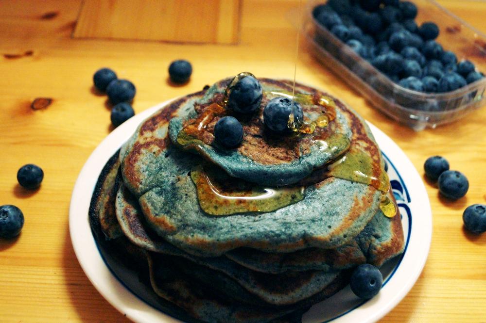 Blaue Pancakes mit Heidelbeeren