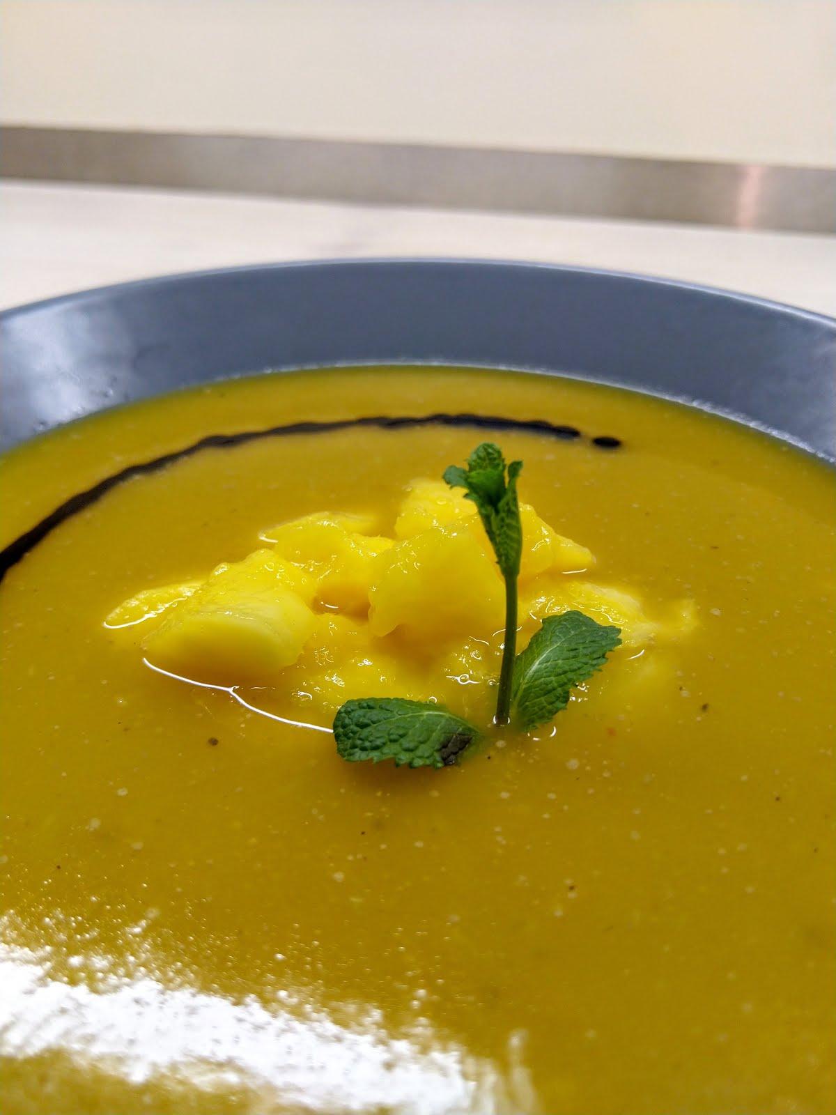 wegańska zupa krem z dyni z mlekiem kokosowym, imbirem, mango i octem balsamicznym.