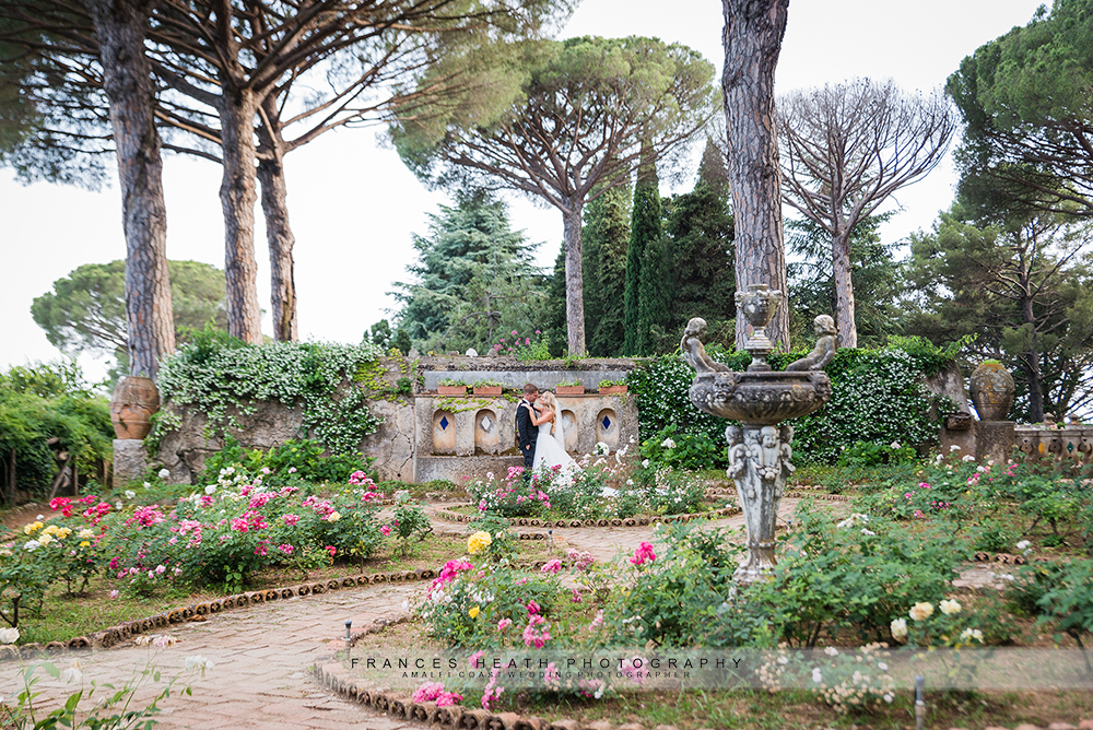 bride and groom with fountain at Villa Cimbrone